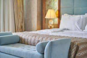 חדר שינה עם מיטה