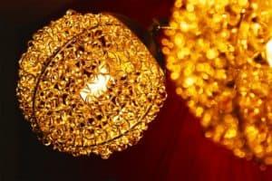 גופי תאורה צהובים לבית